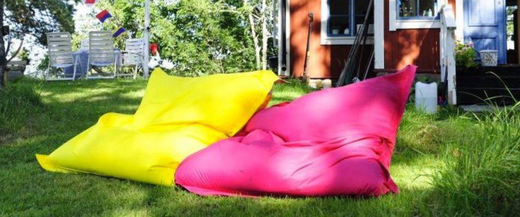 Poufs d'extérieur SitOnIt jaune et rose.