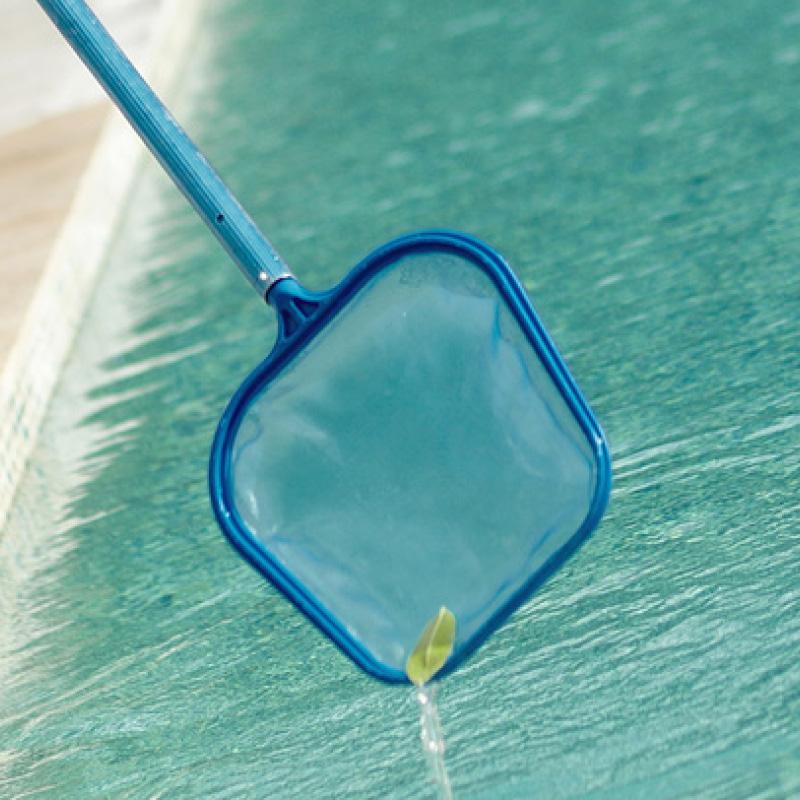 Pensez à bien nettoyer votre bassin lors de l'hivernage de votre piscine : le fond, les parois, la ligne d'eau, les skimmers, le préfiltre et le filtre